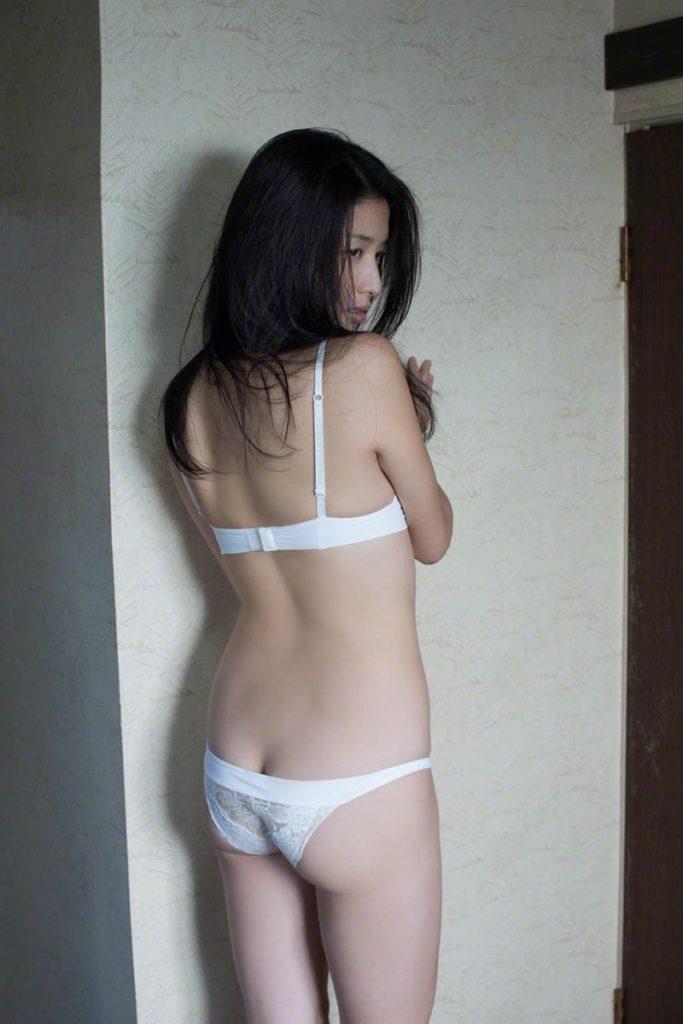 橋本マナミのハミ尻下着グラビア