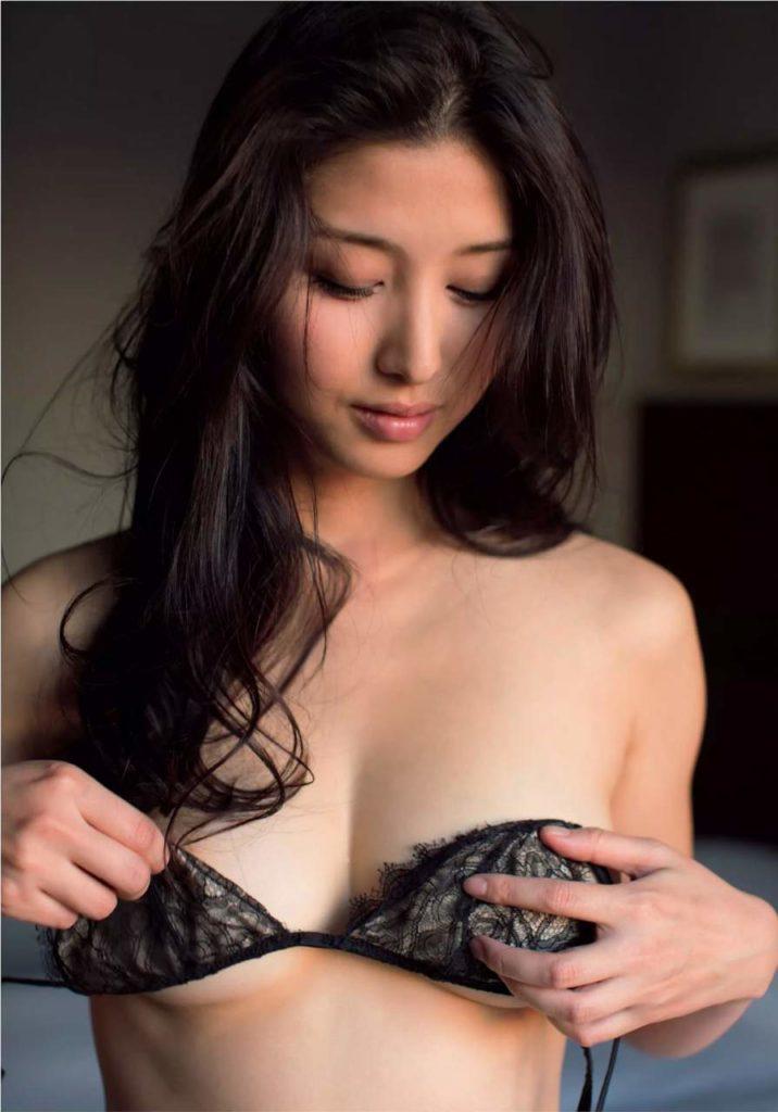 橋本マナミのブラジャー脱衣ヌード