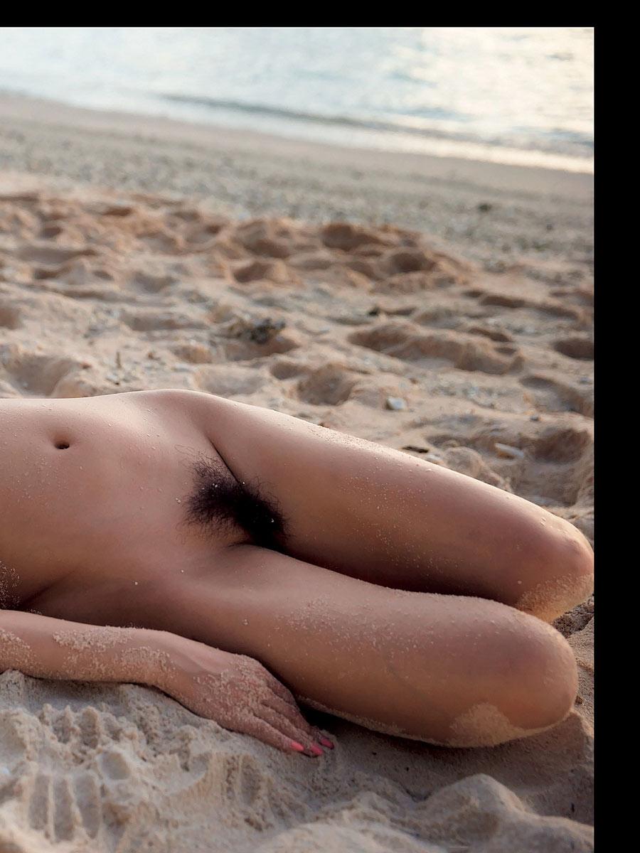 ANRIの浜辺寝そべりマン毛ヌード