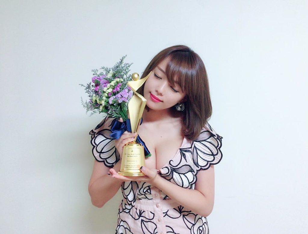 篠崎愛(25)の最新グラビア&全裸ヌードアイコラ画像85枚・19枚目の画像