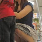 股間のガードがゆるすぎる子連れママのパンチラを盗み撮りwwwwww★素人エロ画像