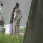 【エロ画像】海水浴の後に海辺で着替える女の子を隠し撮りwwww(画像あり)
