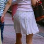 【街撮り】この素人さんたちパンツの柄まで透け見えでかなりワロタwwwwwww★素人透けパンエロ画像