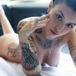 裸体に入れ墨やタトゥーを施している外国人美女のエロ画像