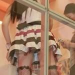 お姉さんをローアングルから撮ってみた結果wwww★無論パンチラエロ画像