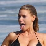 【画像】爆乳モデルがビーチで乳輪晒して照れ顔。(9枚)
