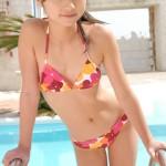 発育しきってない少女の水着姿wwwww★ジュニアアイドルエロ画像