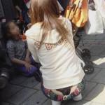 半分ケツが見えるのにローライズを履く素人wwwwww★素人半尻エロ画像