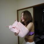 着替え中・脱衣中の女の子を間近で見ているエロ画像