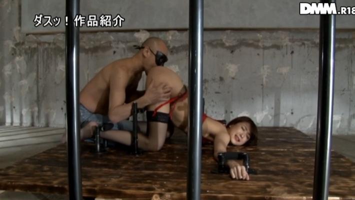 手枷・足枷で完全拘束状態の雌豚肉便器のエロ画像26枚・5枚目の画像