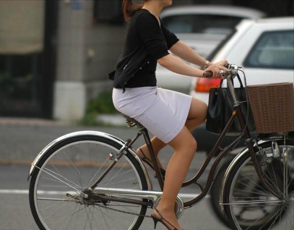 自転車通勤のOLさんのパンチラ盗撮エロ画像32枚・5枚目の画像