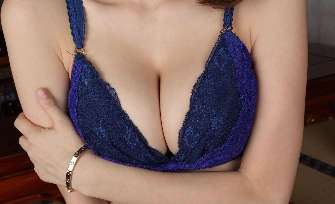 パイズリされたい巨乳の胸チラ谷間のエロ画像30枚・9枚目の画像