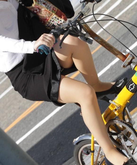 自転車通勤のOLさんのパンチラ盗撮エロ画像32枚・10枚目の画像