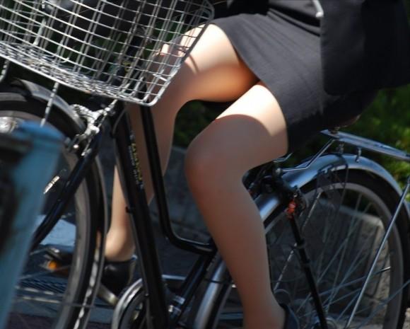 自転車通勤のOLさんのパンチラ盗撮エロ画像32枚・17枚目の画像