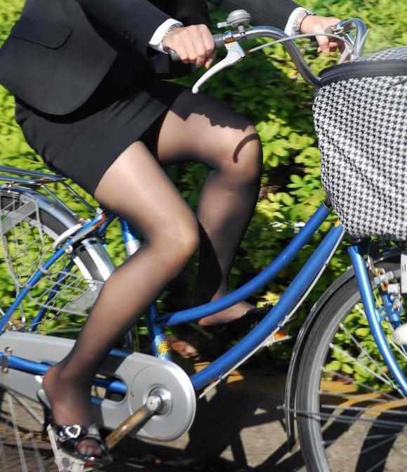 自転車通勤のOLさんのパンチラ盗撮エロ画像32枚・18枚目の画像