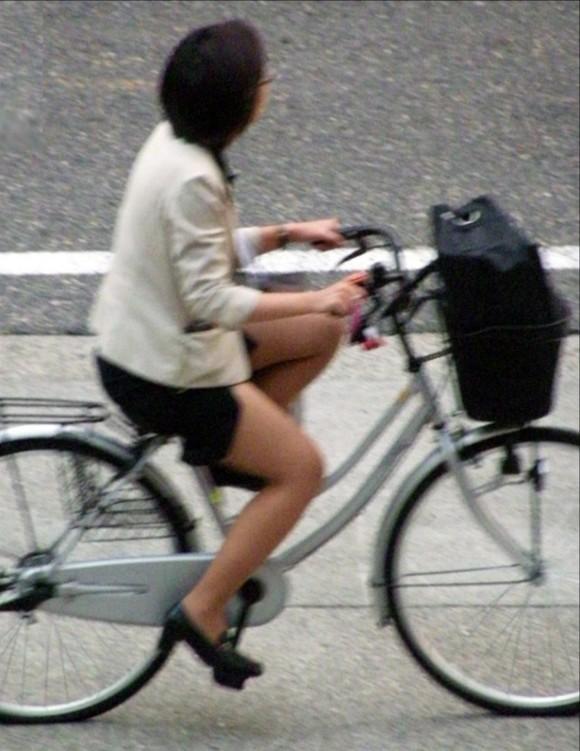 自転車通勤のOLさんのパンチラ盗撮エロ画像32枚・26枚目の画像