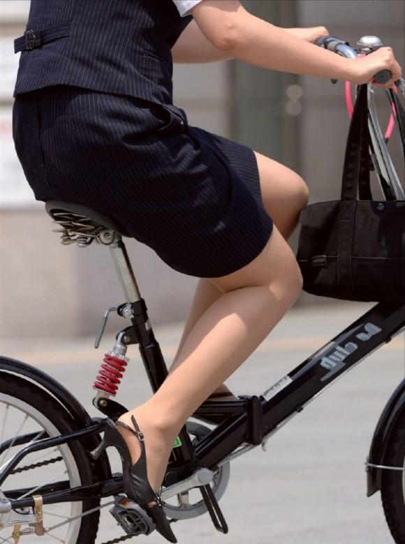 自転車通勤のOLさんのパンチラ盗撮エロ画像32枚・27枚目の画像