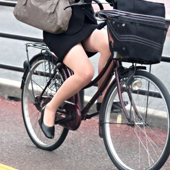 自転車通勤のOLさんのパンチラ盗撮エロ画像32枚・28枚目の画像