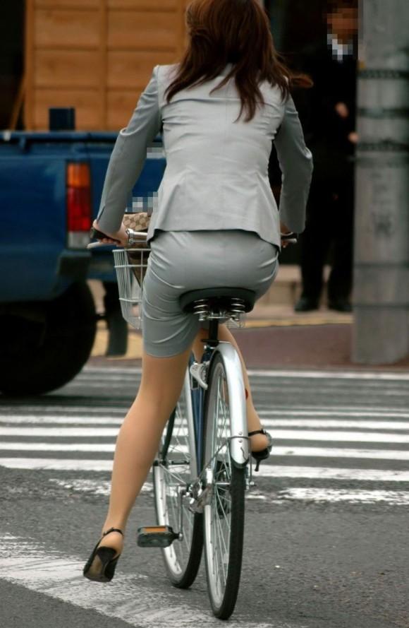 自転車通勤のOLさんのパンチラ盗撮エロ画像32枚・36枚目の画像