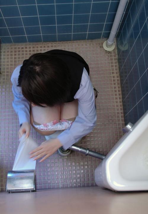 女子トイレ盗撮した本物流出エロ画像23枚・2枚目の画像