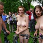 【露出祭】海外で行われた自転車を全裸で漕ぐ不思議すぎるお祭りワロタwwwww(画像あり)