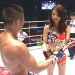 ボクシングのラウンドガールがエロすぎて試合そっちのけで釘付けにwwwww(TVエロキャプ画像あり)