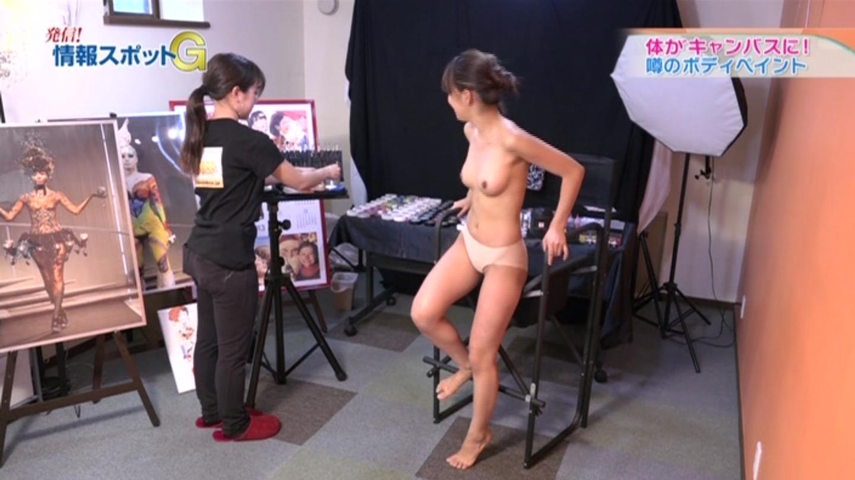 【放送事故エロキャプ画像】全裸でおっぱいもオマ●コも丸出しでロケしててワロタwwwwwAVじゃんwwwww・2枚目の画像
