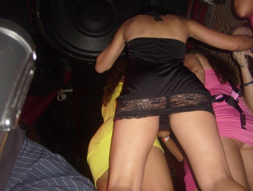 海外クラブで過激パンチラする女のエロ画像31枚・3枚目の画像