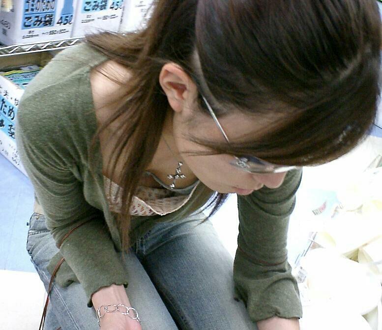 スーパーでお買い物する若妻の胸チラエロ画像22枚・9枚目の画像