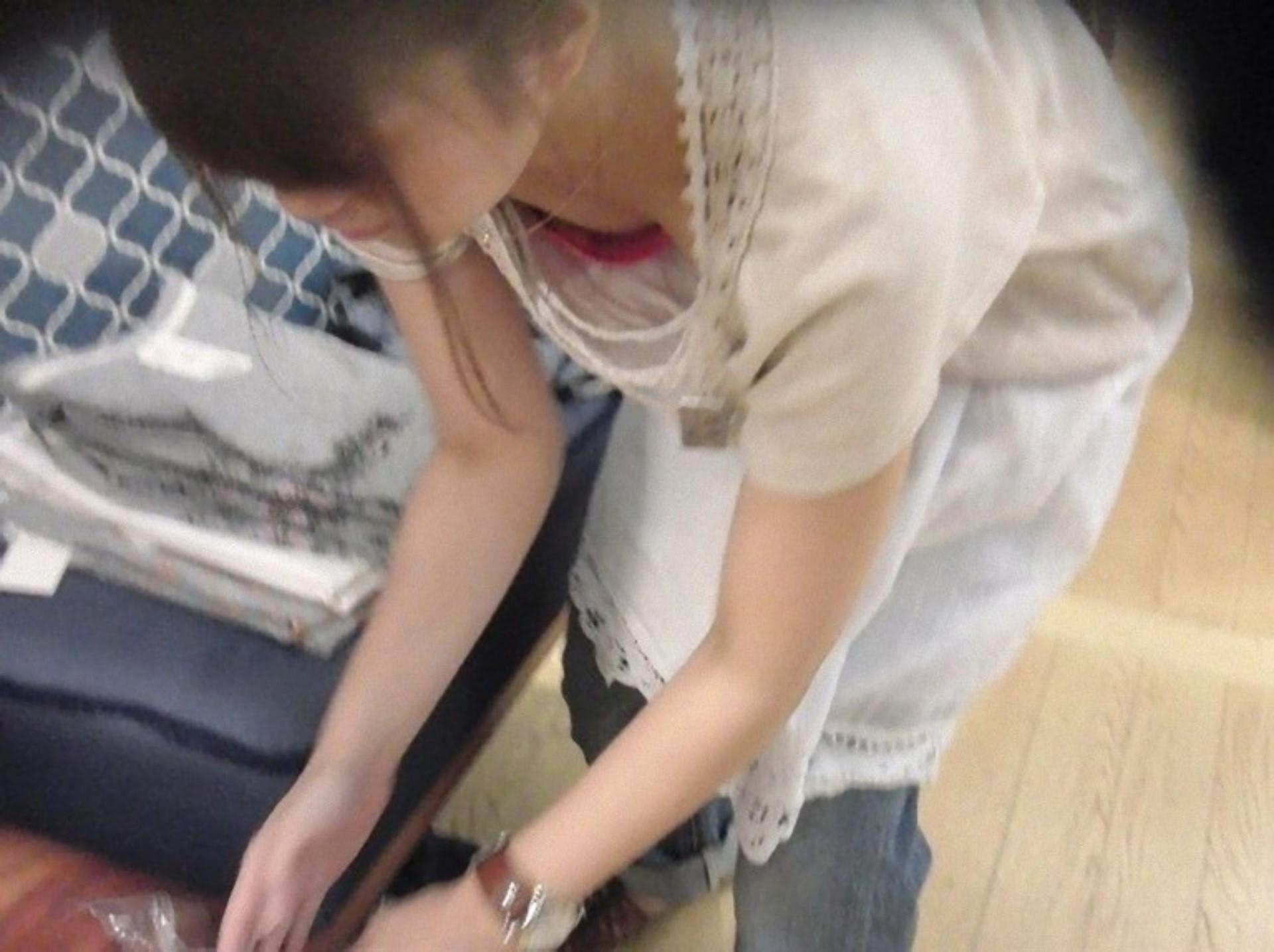 スーパーでお買い物する若妻の胸チラエロ画像22枚・14枚目の画像
