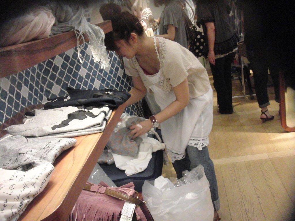 スーパーでお買い物する若妻の胸チラエロ画像22枚・15枚目の画像