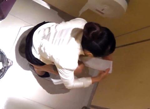 女子トイレ盗撮した本物流出エロ画像23枚・27枚目の画像