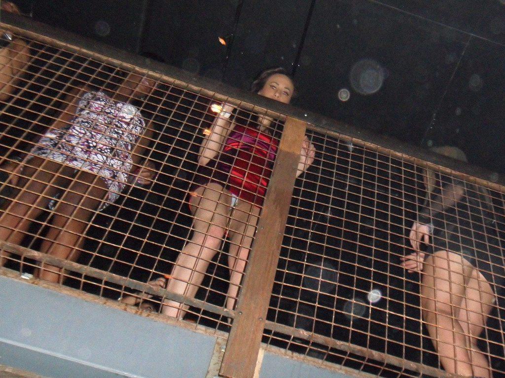 海外クラブで過激パンチラする女のエロ画像31枚・33枚目の画像