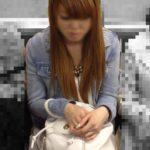 電車内にてミニスカ素人娘を発見~!ワイのスマホ盗撮の腕がなるぜwwwwwww(画像あり)