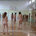 【驚愕】ヌードで色々なスポーツを楽しむ外国人・・・カルチャーショックだわwwwww(画像あり)