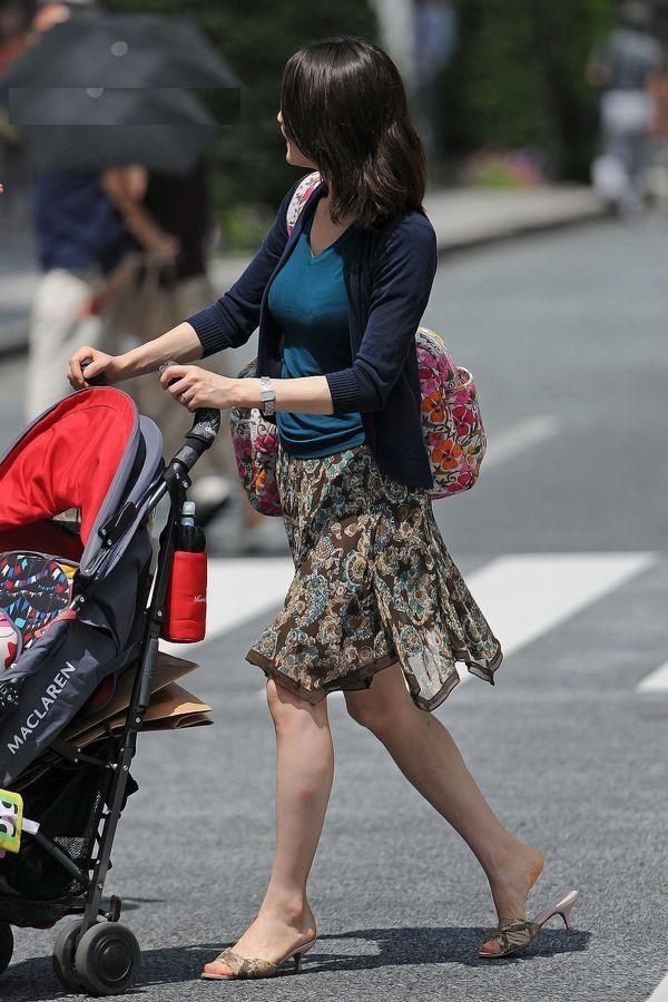 街撮り盗撮した子連れ人妻の着衣巨乳エロ画像23枚・4枚目の画像