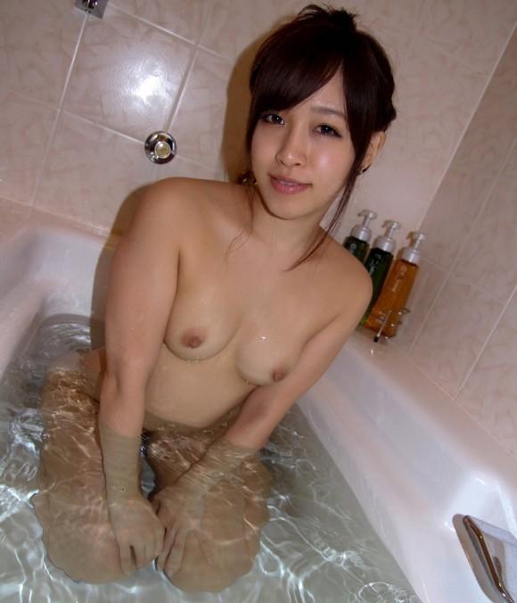 髪を束ねてお風呂入るの女のうなじも見えてセクシーなエロ画像33枚・10枚目の画像