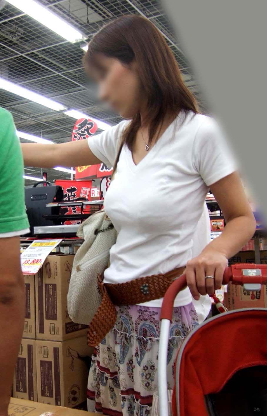 街撮り盗撮した子連れ人妻の着衣巨乳エロ画像23枚・10枚目の画像