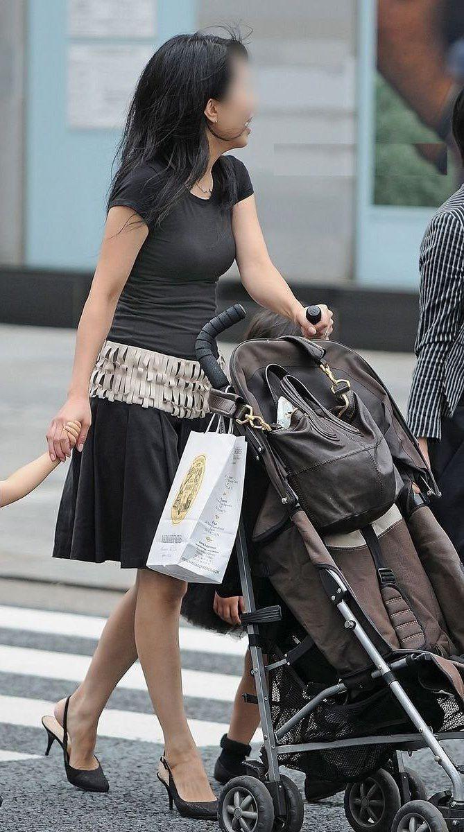 街撮り盗撮した子連れ人妻の着衣巨乳エロ画像23枚・13枚目の画像