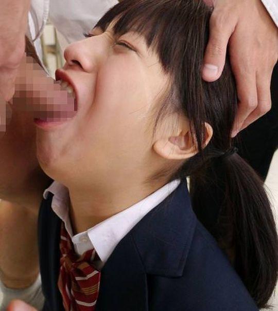 イラマチオさせられてる女の苦しそうな顔が抜けるエロ画像30枚・14枚目の画像