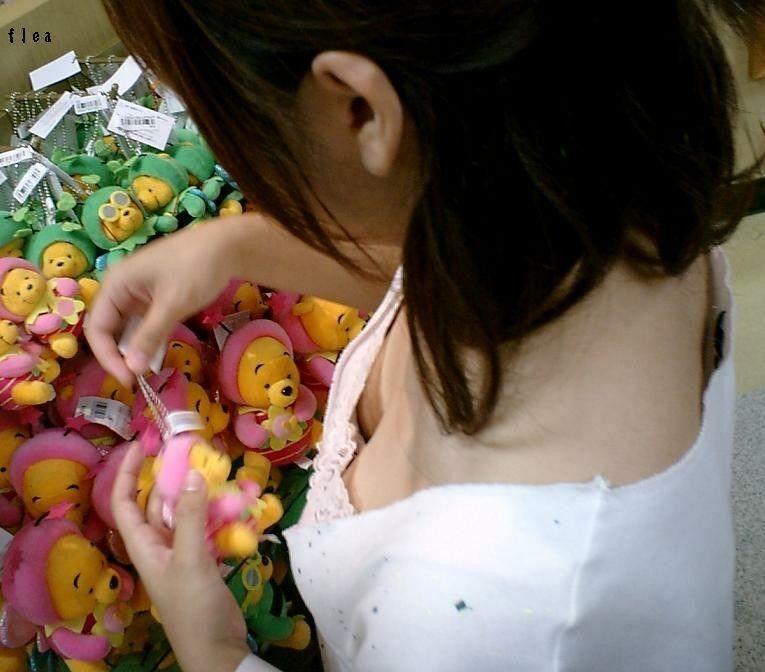 ショップ店員の胸チラサービスエロ画像20枚・16枚目の画像
