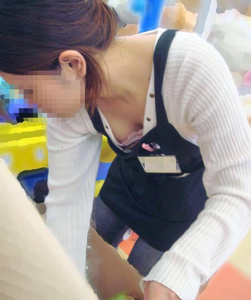 ショップ店員の胸チラサービスエロ画像20枚・20枚目の画像