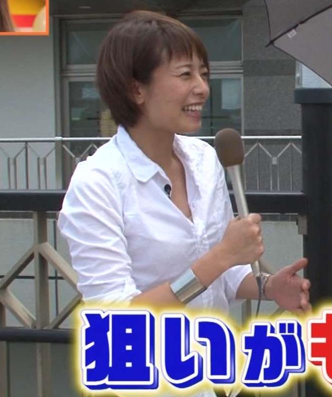 上田まりえアナ Yシャツの胸元開けて前にかがむ