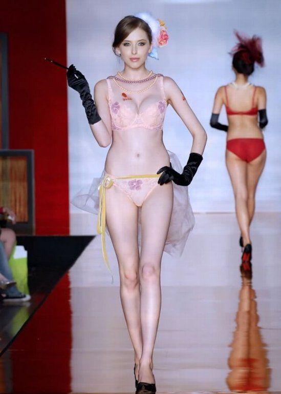 中国人美女の下着モデルのファッションショー…マン毛透けてるのは気のせいだろうか?wwwww(画像あり)・2枚目の画像