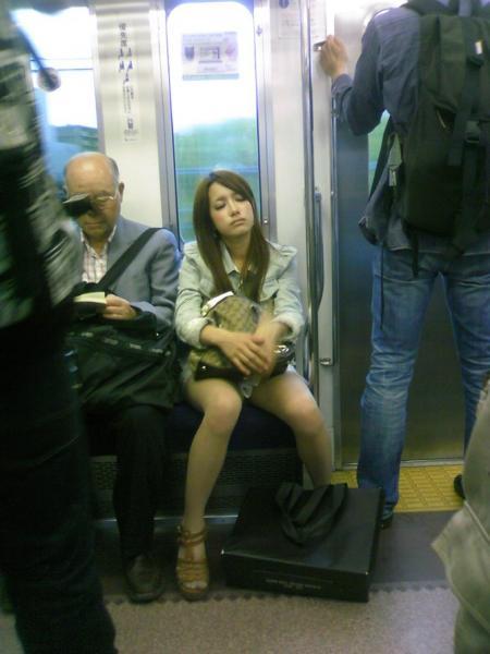 電車で居眠りパンチラしてる素人娘の盗撮エロ画像25枚・3枚目の画像
