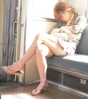 電車で居眠りパンチラしてる素人娘の盗撮エロ画像25枚・7枚目の画像
