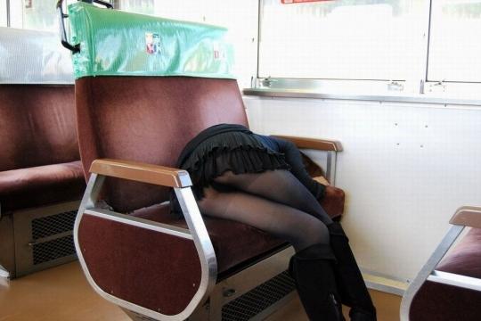 電車で居眠りパンチラしてる素人娘の盗撮エロ画像25枚・8枚目の画像