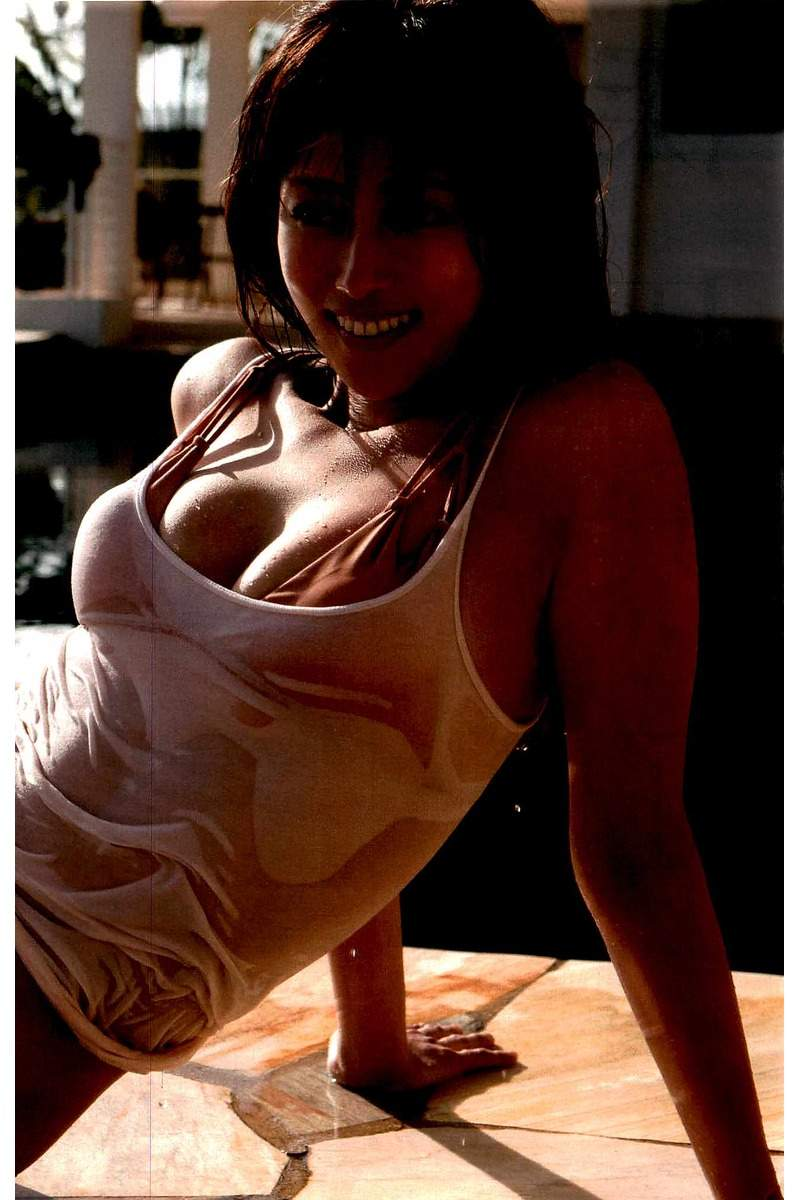 コンドームポーズに見えるショットにそろそろヌード期待!深田恭子の抜けるグラビアエロ画像wwwwwww・8枚目の画像