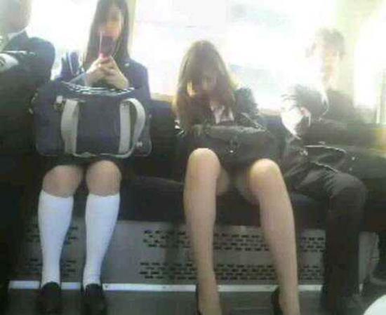電車で居眠りパンチラしてる素人娘の盗撮エロ画像25枚・10枚目の画像