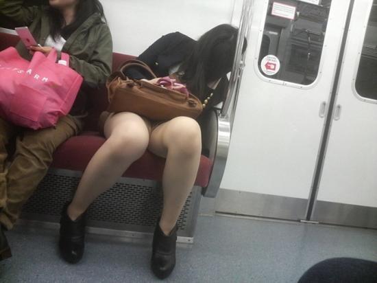 電車で居眠りパンチラしてる素人娘の盗撮エロ画像25枚・11枚目の画像